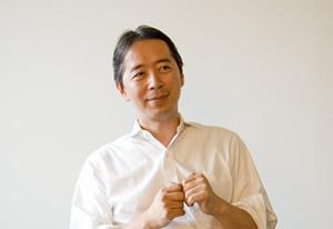 弊社会議室でインタビューに答える斉藤淳さん