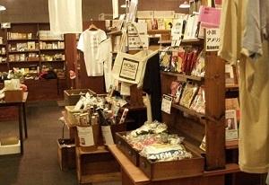 スタンダードブックストアの店内では、自分自身が情報を探す検索エンジンとなる