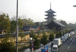 京阪国道口歩道橋から望む東寺の五重塔