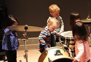 Webopドラムセットに興味津々の子供達