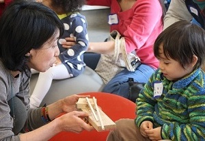 「幼児のための美術」で自分が作った作品について語る